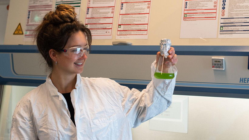 Student Karolin Thielemann shows the researched algae in the laboratory.